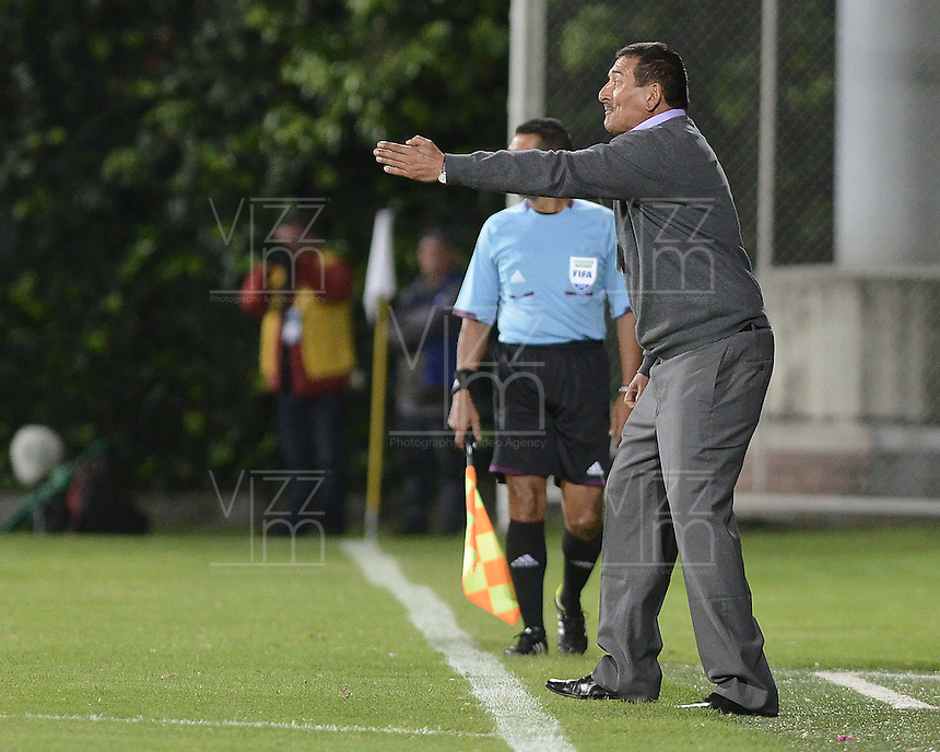 BOGOTÁ -COLOMBIA, 20-01-2015. Miguel Prince técnico del Deportes Quindio gesticula durante partido con Cúcuta Deportivo por la fecha 3 de los cuadrangulares de ascenso Liga Aguila 2015 jugado en el estadio Metropolitano de Techo de la ciudad de Bogotá./ Miguel Prince coach of Deportes Quindio gestures during match against Cucuta Deportivo during match for the Third date of the promotional quadrangular Aguila League 2015 played at Metropolitano de Techo stadium in Bogotá city. Photo: VizzorImage/ Gabriel Aponte / Staff