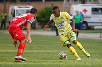 FLORIDABLANCA -COLOMBIA, 09-07-2016. Jairo Castillo (Der,) jugador de Bucaramanga  disputa el balón con Patriotas FC durante encuentro  por la fecha 2 de la Liga Aguila II 2016 disputado en el estadio Alvaro Gómez Hurtado./Jairo Castillo  (R) player of Bucaramanga fights for the ball withPatriotas FC during match for the date 2 of the Aguila League II 2016 played at Alvaro Gomrz Hurtado stadium . Photo:VizzorImage / Duncan Bustamante / Contribuidor