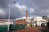 Nederland - Zaanstad- Zaandam- 2020.  ZOR. Zaanlandse Olieraffinaderij. Het bedrijf raffineert en verhandelt plantaardige oliën en vetten van alle soorten, zoals zonnebloemolie, palmpitvet enzovoort. Het bedrijf werd opgericht in 1930. De ZOR werd in 1957 overgenomen door Stuurman Cacao. Dit bedrijf wilde de raffinagecapaciteit deels inzetten voor de zuivering van cacaoboter. In 1964 kwam er een zeer moderne raffinage-installatie. In 1979 werd Stuurman Cacao door Gerkens Cacao overgenomen en kwam ook de ZOR in handen van dit bedrijf, dat weer eigendom was van General Cocoa. Zowel de opslag- als de raffinagecapaciteit werd nog werder uitgebreid.    Uiteindelijk werd Cargill in 1989 de eigenaar van General Cocoa en dus van de ZOR.   Foto Berlinda van Dam / Hollandse Hoogte