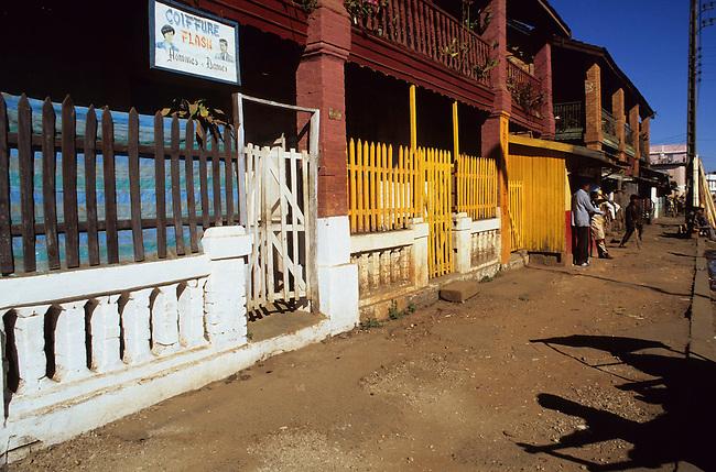 Une rue de Antsirabe. *** A street in Antsirabe.