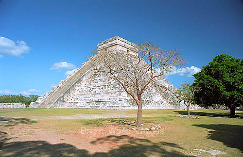 The great Mayan pyramid 'El Castillo' at Chichen Itza in the Yucatan, Mexico