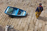 Europe/France/Normandie/Basse-Normandie/50/Manche/Presqu'île de la Hague/Omonville-la-Rogue:Port du Hâble- Pêcheur ramenant son canot