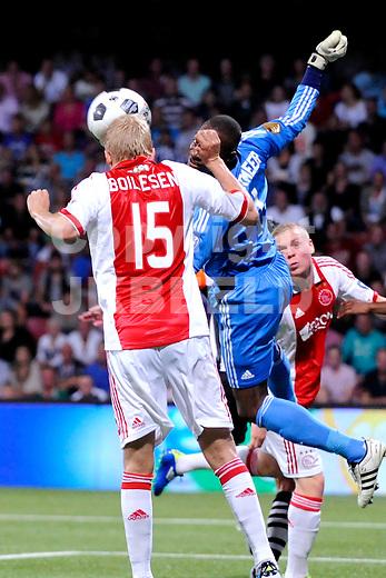 ALMELO - Voetbal, Heracles - Ajax , Polmanstadion, Eredivisie, seizoen 2011-2012, 10-09-2011 Ajax speler Kenneth Vermeer (m) mist maar Ajax speler Nicolai Boilesen kopt weg.