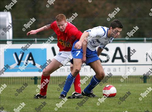 2008-12-21 / Voetbal / KVV Vosselaar - KFC Nijlen / Duel tussen Frederic Beckx van Vosselaar (l) en Olivier Vacant van Nijlen..Foto: Maarten Straetemans (SMB)