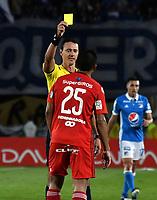 BOGOTA - COLOMBIA - 11 - 03 - 2017: Wilmar Roldan (izq,),  arbitro, muestra tajeta amarilla a Eder Castañeda (Der.) jugador del America, durante partido de la fecha 9 entre Millonarios y America de Cali, por la Liga Aguila I-2017, jugado en el estadio Nemesio Camacho El Campin de la ciudad de Bogota. / Wilmar Roldan (L), referee, shows yellow card to Eder Castañeda (R), player of America, during a match between Millonarios and America de Cali, of the date 9 for the Liga Aguila I-2017 played at the Nemesio Camacho El Campin Stadium in Bogota city, Photo: VizzorImage / Luis Ramirez / Staff.