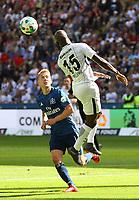 Jetro Willems (Eintracht Frankfurt) klaert gegen Lewis Holtby (Hamburger SV) - 05.05.2018: Eintracht Frankfurt vs. Hamburger SV, Commerzbank Arena, 33. Spieltag Bundesliga