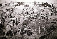 Sudafrica - Kimberley - Mine museum - Ricostruzione di un  villagio di minatori, con molte case originali, nei pressi del Big Hole - Fotografia dei primi scavi , circa 1870