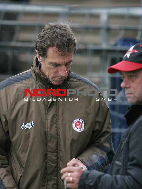 2.Liga FBL 2009/2010  Testspiel<br /> FC St.Pauli vs. Heart of Midlothian 2:0 (1:0)<br /> <br /> <br /> Helmut Schulte tippt ins Handy eine SMS, rechts Pr&auml;sident Corny Littmann<br /> <br /> Foto &copy; nph (nordphoto)<br /> <br /> *** Local Caption ***