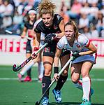 AMSTELVEEN -  Maria Verschoor (A'dam)  met Lisa Post (OR)  tijdens de hoofdklasse competitiewedstrijd hockey dames,  Amsterdam-Oranje Rood (5-2). COPYRIGHT KOEN SUYK