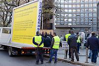 Roma, 5 Dicembre 2018<br /> Auto demolitori protestano con i gilet gialli davanti la Regione Lazio per chiedere la possibilità di continuare a lavorare dopo il blocco delle concessioni fatto dal Comune di Roma <br /> <br /> Risale al 1997 la decisone di delocalizzare gli sfasciacarrozze fuori dal Raccordo Anulare. Ma ad oggi non è ancora stata trovata una soluzione