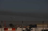 GUARULHOS, SP, 29/06/2012, CENAS DE POUSO EM CUMBICA.  Na aproximacao do aeroporto de Cumbica, aviao passa por expessa faix de poluicao.  Luiz Guarnieri/ Brazil Photo Press.