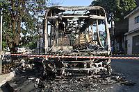 ATENÇÃO EDITOR: FOTO EMBARGADA PARA VEÍCULOS INTERNACIONAIS SÃO PAULO,SP,30 OUTUBRO 2012 - Um onibus  foi incendiado  durante a madrugada de hoje) na Rua Curupireira no Sapopemba  zona leste. FOTO: ALE VIANNA -BRAZIL PHOTO PRESS).