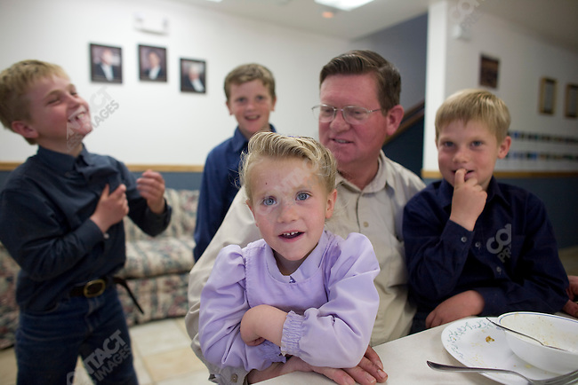 Fundamentalist Mormon group F.L.D.S., Edson Jessop with his children Zachery, Ephraim, Russell and Annie, at home on the church compound, Eldorado, Texas, USA, February 11, 2009.