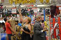 SAO PAULO, 28 DE MARCO DE 2013 - MOVIMENTACAO COMPRAS PASCOA - Movimentação de consumidores de ovos de Pascoa, nesta quinta feira, 28, vespera de feriado, região central da capital. (FOTO: ALEXANDRE MOREIRA / BRAZIL PHOTO PRESS)