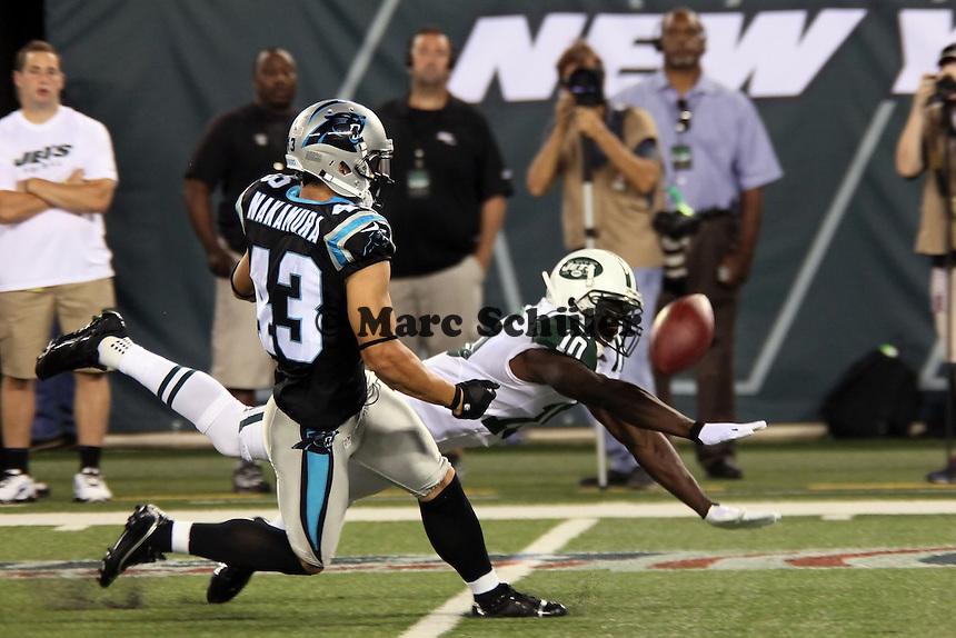 WR Santonio Holmes (Jets) konnte den Ball nicht fangen, S Haruki Nakamura (Panthers) verteidigt