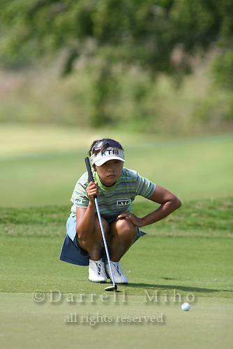 February 16, 2006 - Kahuku, HI - Mi Hyun Kim lines up her putt during Round 1 of the LPGA SBS Open at Turtle Bay Resort...Photo: Darrell Miho