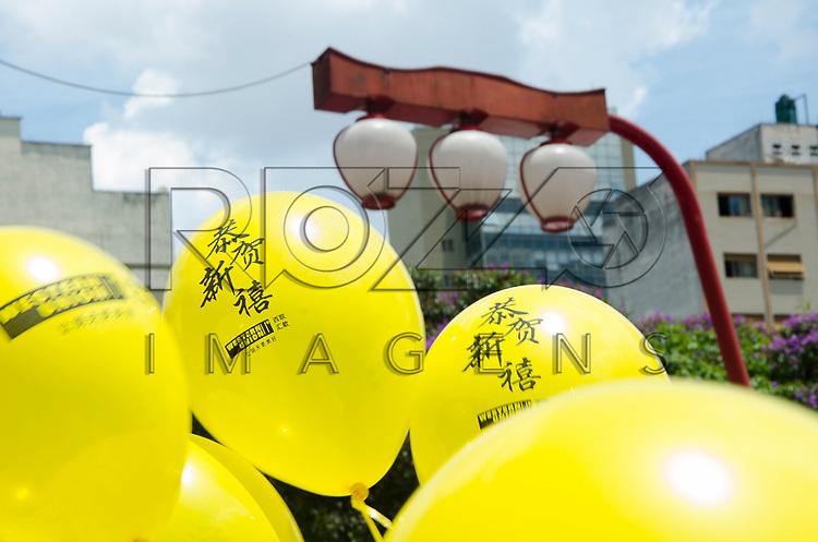 Detalhe das bexigas e  lanternas orientais no bairro japonês da Liberdade, São Paulo - SP, 02/2013.