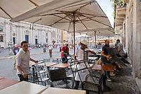 Roma 6 Agosto 2014<br /> Sono tornati per pochi minuti i dehors a Piazza Navona. I titolari dei ristoranti  hanno deciso di alzare le saracinesche e ripristinare gli spazi esterni, ma posizionando i tavolini nel rispetto dei limiti imposti dalle concessioni del comune di Roma. Ma gli agenti della municipale li hanno bloccati: &quot;Non sono autorizzati&quot;. Ristorante chiude   per ordine della Polizia Municipale,perch&egrave; non in regola con  i limiti imposti dalle concessioni del comune di Roma.<br /> Rome August 6, 2014 <br /> They came back for a few minutes the dehors in the Piazza Navona. The owners of the restaurants have decided to raise the  rolling shutter and restore the dehors, but by placing the tables within the limits imposed by the concessions of the city of Rome. But the agents of the municipal blocking them: &quot;They are not unauthorised &quot;. Restaurant closed by order of the Municipal Police, why do not comply with the limits imposed by the concessions of the city of Rome.