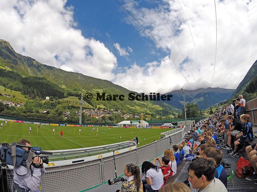 Viele Fans beim Abschlusstraining der Nationalmannschaft - Abschlusstraining der Deutschen Nationalmannschaft gegen die U20 im Rahmen der WM-Vorbereitung in St. Martin
