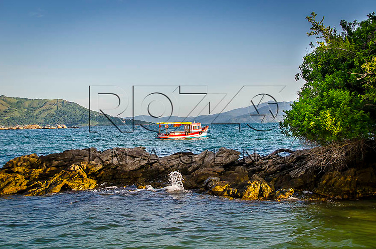 Barco na baía da Ilha Grande, Angra dos Reis-RJ, 01/2014.