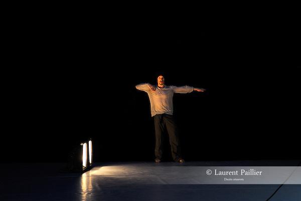 MUSCLE....Choregraphie : SIEGAL Richard..Decor : ZUSPAN Peter..Lumiere : GENTNER Gilles..Avec :..SIEGAL Richard..LINDSAY Arto..Lieu : MC93..Cadre : Rencontres choregraphiques internationales de Seine Saint Denis..Ville : Bobigny..Le : 11 05 2009..© Laurent PAILLIER / www.photosdedanse.com