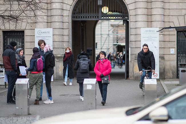 Die Berliner Charite hat am Campus Virchow-Klinikum eine separate Untersuchungsstelle fuer Menschen mit Verdacht auf eine Infizierung mit dem Covid-19 Virus (Coronavirus) eingerichtet. Dadurch sollen die Notaufnahme und andere Anlaufstellen entlastet, sowie Kontakte zwischen moeglicherweise Infizierten und Nichtinfizierten ausgeschlossen werden.<br /> 3.3.2020, Berlin<br /> Copyright: Christian-Ditsch.de<br /> [NUR FUER REDAKTIONELLE ZWECKE! Werbung nur auf Anfrage beim Fotografen. Inhaltsveraendernde Manipulation des Fotos nur nach ausdruecklicher Genehmigung des Fotografen. Vereinbarungen ueber Abtretung von Persoenlichkeitsrechten/Model Release der abgebildeten Person/Personen liegen nicht vor. NO MODEL RELEASE! Don't publish without copyright Christian-Ditsch.de, Veroeffentlichung nur mit Fotografennennung, sowie gegen Honorar, MwSt. und Beleg. Konto: I N G - D i B a, IBAN DE58500105175400192269, BIC INGDDEFFXXX, Kontakt: post@christian-ditsch.de<br /> Bei der Bearbeitung der Dateiinformationen darf die Urheberkennzeichnung in den EXIF- und  IPTC-Daten nicht entfernt werden, diese sind in digitalen Medien nach §95c UrhG rechtlich geschuetzt. Der Urhebervermerk wird gemaess §13 UrhG verlangt.]