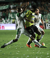 CALI- COLOMBIA -11 -12-2013: John Vaifara (Izq.), jugador de Deportivo Cali disputa el balón con Jefferson Duque (Der.) jugador del Atletico Nacional en durante del partido de ida por la final de la Liga Postobon II-2013, jugado en el estadio Pascual Guerrero de la ciudad de Cali. / John Vaifara (L), player of Deportivo Cali vies for the balla with Jefferson Duque (R) player of Atletico Nacional during a match for finals of the Postobon Leaguje II-2013 at the Pascual Guerrero Stadium in Cali city, Photo: VizzorImage  / Luis Ramirez / Staff.