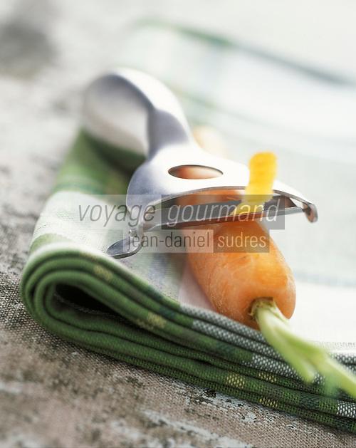 Gastronomie générale / Cuisine générale : Carotte et  épluche légume