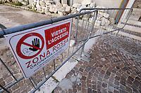 Transenne e teloni delimitano ancora la Zona Rossa.Crush barrier and tarpaulins still delimit the Red Zone.