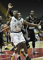 BOGOTA - COLOMBIA: 05-04-2013: Thomas (Izq.) de Piratas de Bogotá, disputa el balón con Jordan (Der.) de Manizales Once Caldas, abril 5 de 2013. Piratas y Manizales Once Caldas en la  fecha 23 de  la Liga Directv Profesional de baloncesto en partido jugado en el Coliseo El Salitre. (Foto: VizzorImage / Luis Ramírez / Staff). Thomas (L) of Piratas from Bogota, fights for the ball with Jordan (R) of Manizales Once Caldas, April 5, 2013. Piratas and Manizales Once Caldas in the match for the 23 date of the Directv Professional League basketball, game at the Coliseo El Salitre. (Photo: VizzorImage / Luis Ramirez / Staff).