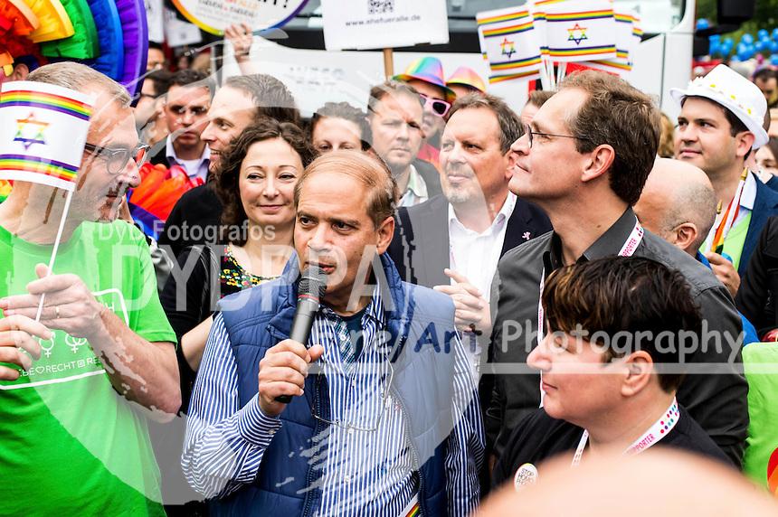 Yakov Hadas-Handelsman und Michael Müller beim CSD - Hunderttausende Menschen haben in Berlin die Parade zum 37. Christopher Street Day unter dem Motto 'Wir sind alle anders. Wir sind alle gleich' gefeiert und damit ihre Unterstützung für Schwule, Lesben, Transsexuelle und Transgender, Inter- und Bisexuelle zum Ausdruck gebracht. Berlin, 27.06.2015