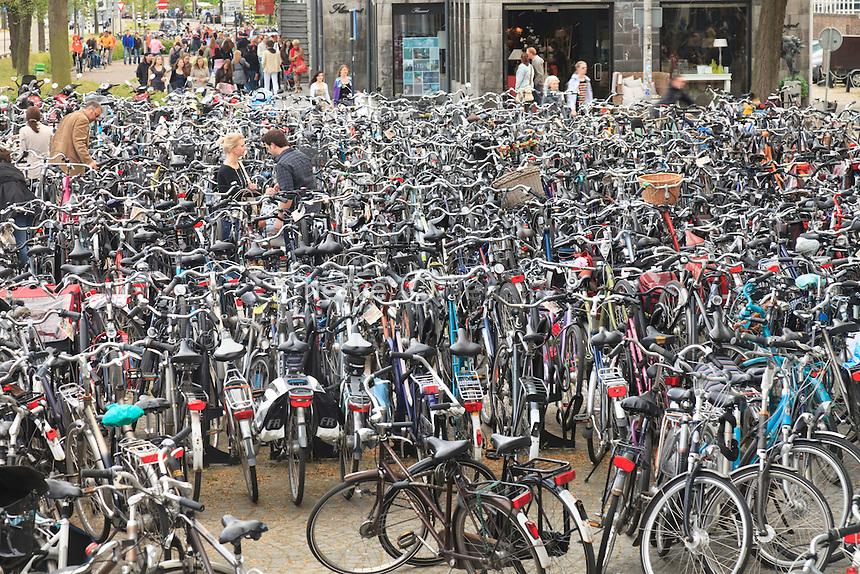 Hollande, Maastricht, le 30 avril jour de fête nationale et anniversaire de la reine, parking à vélos dans le centre ville // Holland, Maastricht, April 30 national holiday and anniversary of the queen, bicycle parking in downtown