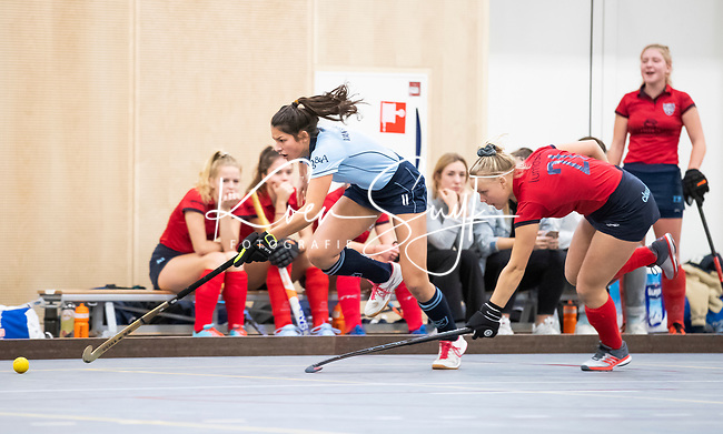 DELFT - Bente van der Veldt (laren) met Raphaelle vd Walle (Nijm) tijdens de zaalhockey competitiewedstrijd Laren-Nijmegen. COPYRIGHT KOEN SUYK