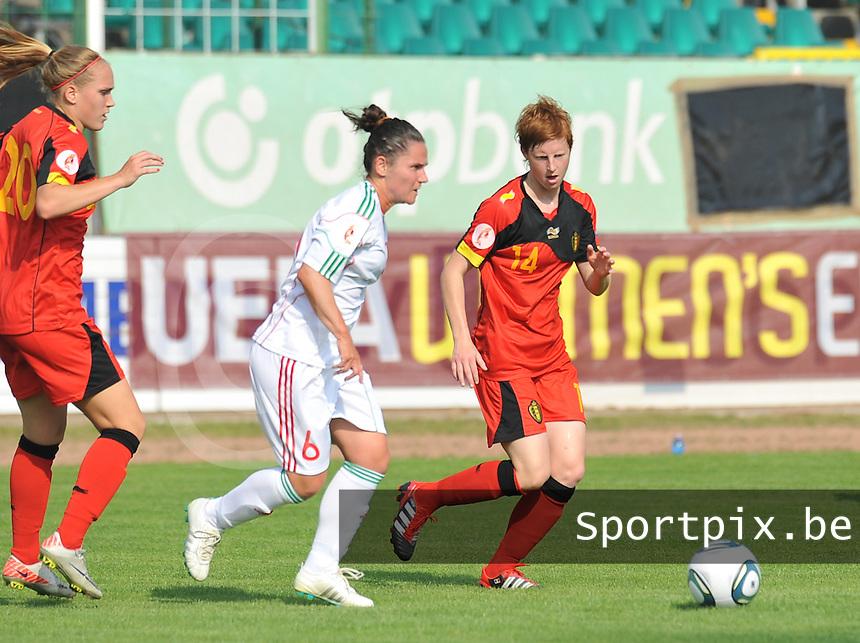Hungary - Hongarije : UEFA Women's Euro Qualifying group stage (Group 3) - 20/06/2012 - 17:00 - szombathely  - : Hungary ( Hongarije ) - BELGIUM ( Belgie) :.Angela Smuczer aan de bal voor Lien Mermans.foto DAVID CATRY / JOKE VUYLSTEKE / Vrouwenteam.be.