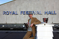 Mikey Tomkins posing in front of a hive at the Royal Festival Hall. The apiary on the roof of the Royal Festival Hall was launched in 2008 by Mikey and Andrew Hinton with John Chapple from the London Beekeeping Association. Mikey Tomkins, beekeeper and researcher in urban planning, works for Capital Growth. Capital Growth is a partnership between London Food Link, the mayor of London, Boris Johnson, and the Big Lottery's Local Food Fund. The campaign is part of a program that aims at creating 2012 new community vegetable gardens in London by the end of 2012. At the heart of the action is the promotion of bees in the center of London by providing locations for young beekeepers in the city and also training for 75 of them. The hives are set up in public spaces in the capital, schools, colleges, subsidized housing estates, allotment gardens, public gardens and companies. The city of London and Capital Bee ask Londoners to support their local beekeepers and the bees by planting melliferous plants and to stop using pesticides in their gardens. Solitary bees and honeybees also find nests in public gardens. Today, there are over 2500 hives in London. And 50 apiaries have been created. The mayor of London, Boris Johnson, also supports the creation of community gardens and over 1000 gardens and flowerbeds have been planted in anticipation of the 2012 Olympic Games.