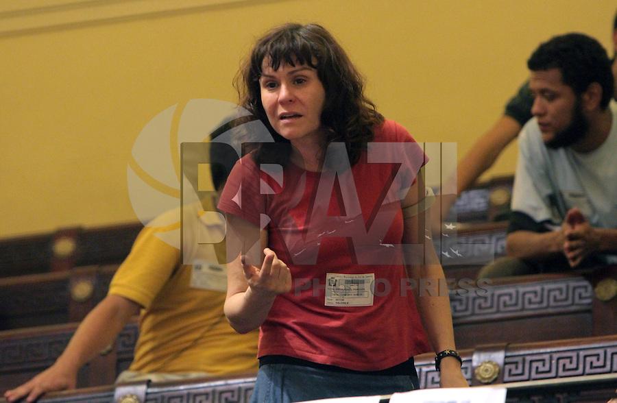 RIO DE JANEIRO, RJ, 13 AGOSTO 2013 - SEÇÃO ORDINÁRIA CAMARA DOS VEREADORES  RJ - Os manifestantes protestam da galeria na primeira seção ordinária após a invasão dos manifestantes na câmara dos vereadores na  Cinelândia Rio de Janeiro, terça 13. (FOTO: LEVY RIBEIRO / BRAZIL PHOTO PRESS)