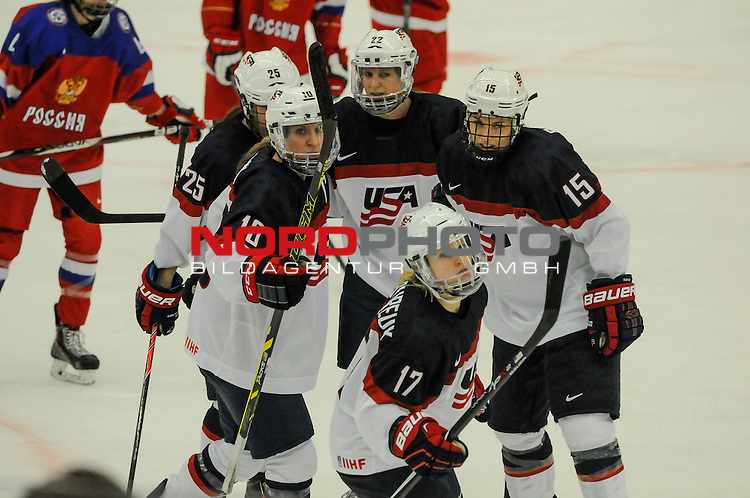 31.03.2015, Malm&ouml; Ishall, Malm&ouml; , SWE, IIHF Eishockey Frauen WM 2015, USA  vs Russland (RUS), im Bild, Torjubel, Kacey BELLAMY (#22, USA), Alex CARPENTER (#25, USA), Meghan DUGGAN (#10, USA), Anne SCHLEPER (#15, USA), Jocelyne LAMOUREUX (#17, USA)<br /> <br /> <br /> ***** Attention nur f&uuml;r redaktionelle Berichterstattung *****<br /> <br /> Foto &copy; nordphoto / Hafner