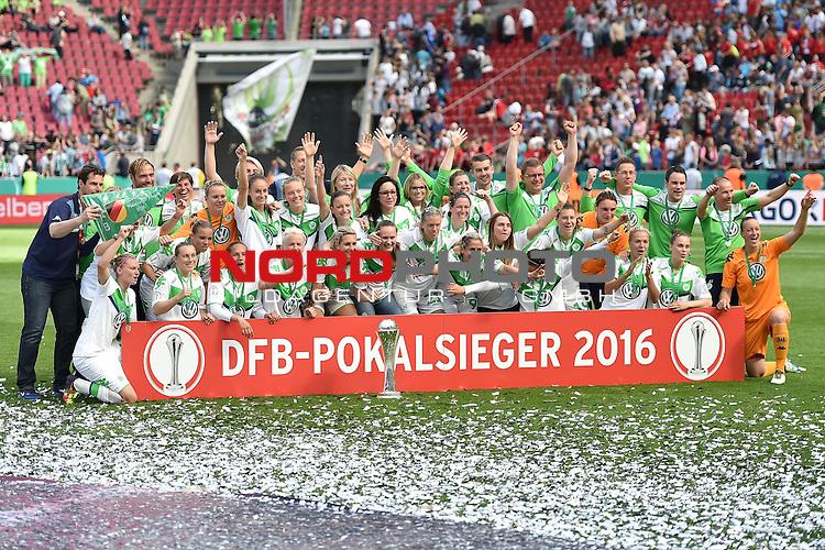 21.05.2016, RheinEnergie Stadion, Koeln, GER, DFB Pokal Finale Frauen 2015/2016  SC Sand vs VfL Wolfsburg  <br /> im Bild / picture shows: <br /> nach dem Ende des Spiel jubelt die Wolfsburger Mannschaft &uuml;ber den Pokalsieg bei der Siegerehrung <br /> <br /> <br /> <br /> Foto &copy; nordphoto / meuter