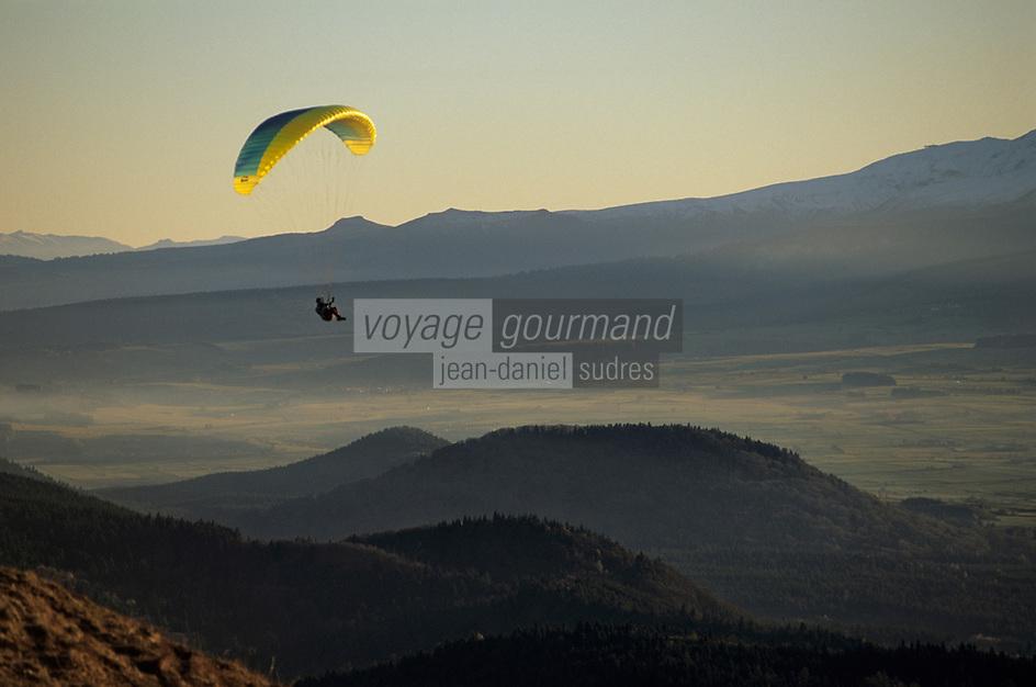 Europe/France/Auvergne/63/Puy-de-Dôme/Parc Régional des Volcans/Puy-de-Dôme: Parapente avec, en fond, les Monts Dores (1885mètres)