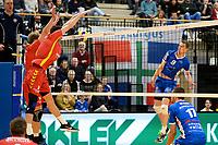 GRONINGEN - Volleybal, Abiant Lycurgus - Dynamo Apeldoorn, Alfa College , Eredivisie , seizoen 2017-2018, 26-11-2017 Lycurgus speler Stijn van Schie slaat de bal in het blok
