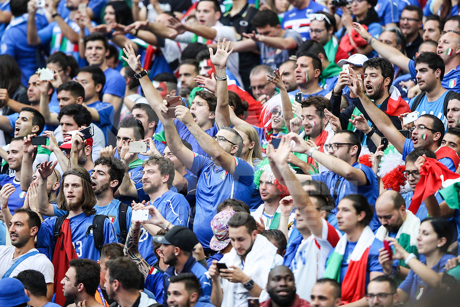 SAINT-DENIS, FRANÇA, 27.06.2016 - ITALIA-ESPANHA -  Torcedores da Itália durante partida contra a Espanha em partida das oitavas de final da Eurocopa 2016 no Stade de France, em Saint-Denis, ao norte de Paris, França. A Itália venceu por 2 a 0 e enfrenta a Alemanha nas quartas de final do torneio. (Foto: Bruno Fonseca/Brazil Photo Press)