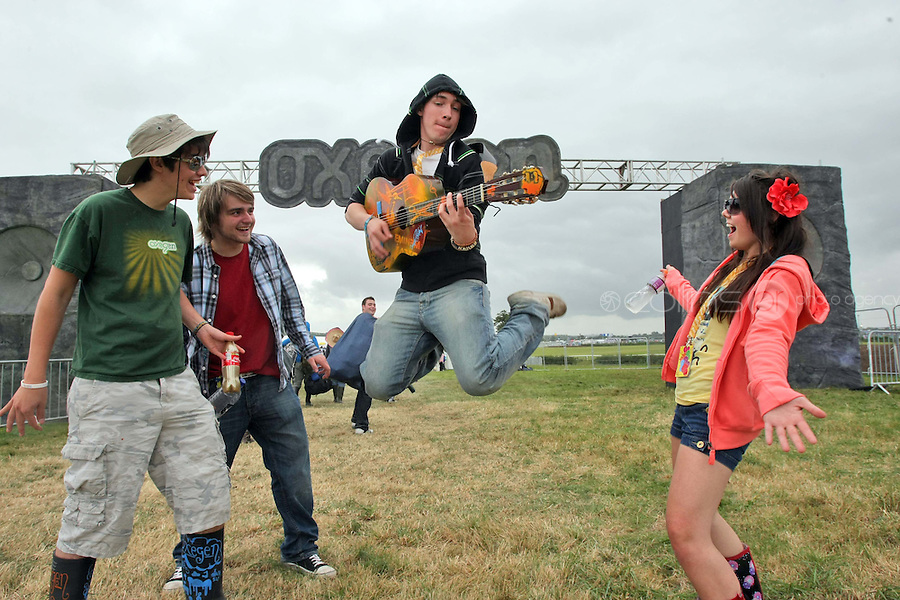 08/07/'10 Andy Barber impresses Conor Palomino, Ethan Smyth and Jade Edmons from Louth pictured arriving at Punchestown, Co. Kildare this evening for the start of the Oxegen Festival 2010...Picture Colin Keegan, Collins, Dublin