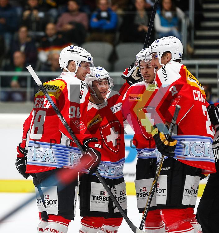 Torjubel Schweiz nach dem 3:1 durch Lino MARTSCHINI (2. vl.), mit Larri LEEGER (#98), Alessandro CHIESA (#2)<br /> <br /> Eishockey, Deutschland-Cup 2015, Augsburg, Schweiz - USA, 07.11.2015,<br /> <br /> Foto &copy; PIX-Sportfotos *** Foto ist honorarpflichtig! *** Auf Anfrage in hoeherer Qualitaet/Aufloesung. Belegexemplar erbeten. Veroeffentlichung ausschliesslich fuer journalistisch-publizistische Zwecke. For editorial use only.