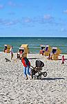 Jurata, 2008-06-20. Kobieta z wózkiem na plaży w Juracie