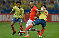 SAO PAULO – BRASIL, 28-06-2019: Juan Cuadrado y James Rodriguez de Colombia disputan el balón con Arturo Vidal de Chile durante partido por cuartos de final de la Copa América Brasil 2019 entre Colombia y Chile jugado en el Arena Corinthians de Sao Paulo, Brasil. / Juan Cuadrado and James Rodriguez of Colombia vie for the ball with Arturo Vidal of Chile during the Copa America Brazil 2019 quarter-finals match between Colombia and Chile played at Arena Corinthians in Sao Paulo, Brazil. Photos: VizzorImage / Julian Medina / Cont /
