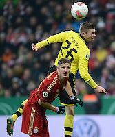 FUSSBALL  DFB-POKAL  VIERTELFINALE  SAISON 2012/2013    FC Bayern Muenchen - Borussia Dortmund          27.02.2013 Bastian Schweinsteiger (li, FC Bayern Muenchen) gegen Lukasz Piszczek (re, Borussia Dortmund)