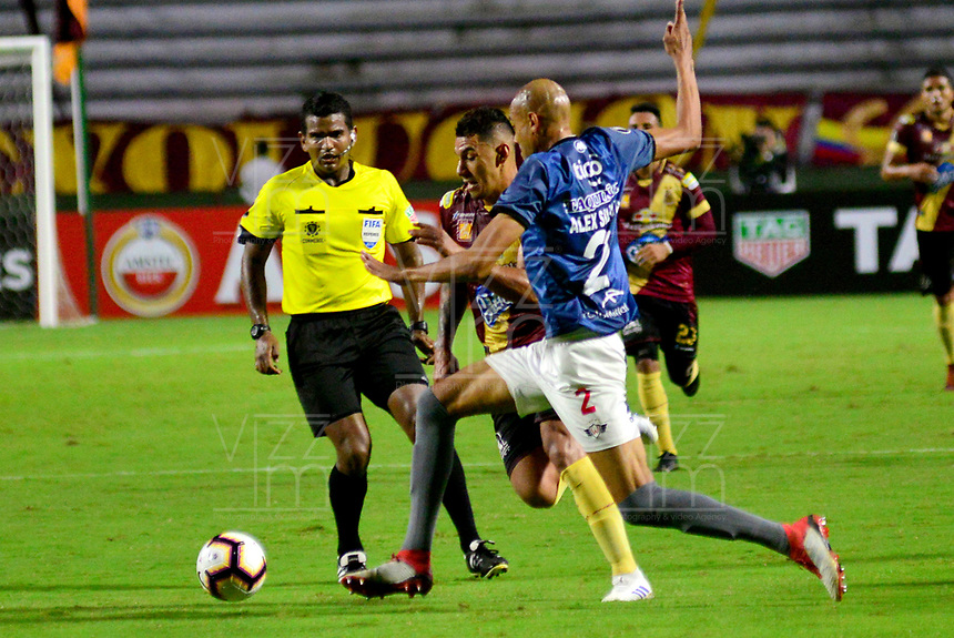 IBAGUE- COLOMBIA, 03-04-2019: Yeison Gordillo de Deportes Tolima (COL) disputa el balón con Alex Silva de Jorge Wilstermann (BOL), durante partido de la fase de grupos, grupo G, fecha 3, entre Deportes Tolima (COL) y Jorge Wilstermann (BOL), por la Copa Conmebol Libertadores 2019, en el Estadio Manuel Murillo Toro de la ciudad de Ibague. / Yeison Gordillo of Deportes Tolima (COL) vies for the ball with Alex Silva of Jorge Wilstermann (BOL), during a match of the groups phase, group G, 3rd date, beween Deportes Tolima (COL) and Jorge Wilstermann (BOL), for the Conmebol Libertadores Cup 2019, at the Manuel Murillo Toro Stadium, in Ibague city. VizzorImage / Juan Carlos Escobar / Cont.