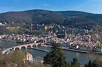 Germany, Baden-Wuerttemberg, Heidelberg at river Neckar: view at old town with Old Bridge gate, Church of the Holy Spirit and Heidelberg Castle at background | Deutschland, Baden-Wuerttemberg, Heidelberg am Neckar: Blick vom Philosophenweg ueber die Altstadt mit dem Brueckentor am Suedende der Alten Bruecke, der Heiliggeistkirche und dem Heidelberger Schloss
