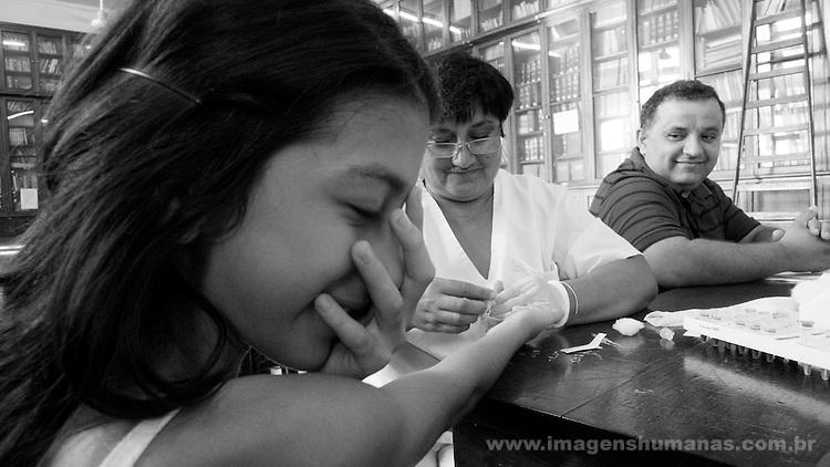 Crianças tirando sangue na Escuela Normal mixta de Professores Manuel Belgrado. Combate ao Mal de Chagas feito pelo Ministério da Saúde argentino  em Santiago Del Estero .