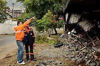 SÃO PAULO, SP, 10 DE JANEIRO DE 2012 - RESCALDO INCÊNCIO BARRACÃO MOCIDADE ALEGRE - Técnicos avaliam as estruturas do viaduto Pompéia, na região oeste da cidade, que sofreu danos com o incêndio de ontem a tarde no barracão da Mocidade Alegre. FOTO: ALEXANDRE MOREIRA - NEWS FREE.